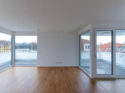 Burgkstraße 1 in Dresden – Raum mit Blick auf Glasfront und Balkon