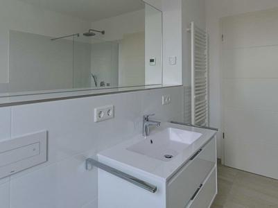 Burgkstraße 1 in Dresden – Badezimmer mit Panoramaspiegel und Handtuchheizung
