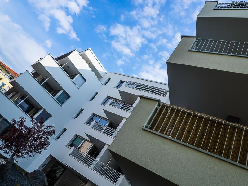 Burgkstraße 1 in Dresden – Blick empor der Hauswand mit Balkonen