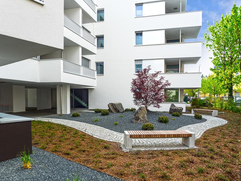 Burgkstraße 1 in Dresden – Bänke und japanischer Garten auf der Rückseite
