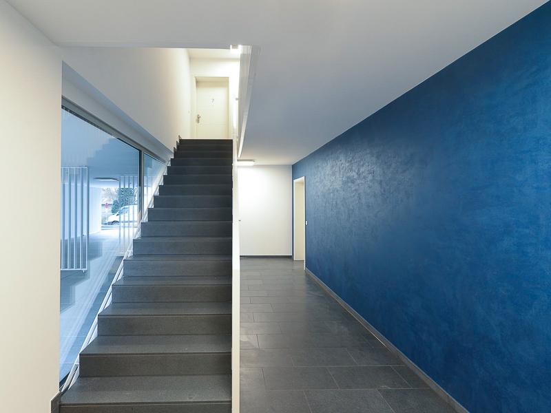 Burgkstraße 1 in Dresden – Treppenhaus mit blauem Farbakzent