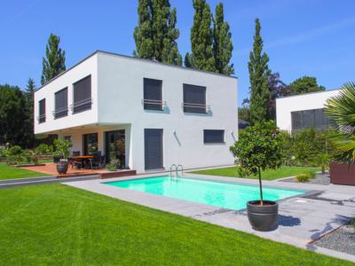 Energetischer Neubau in Dresden – Garten, Pool und Blick auf das Feng-Shui-Haus mit Terrasse
