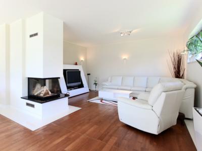 Energetischer Neubau in Dresden – Wohnzimmer mit Kamin